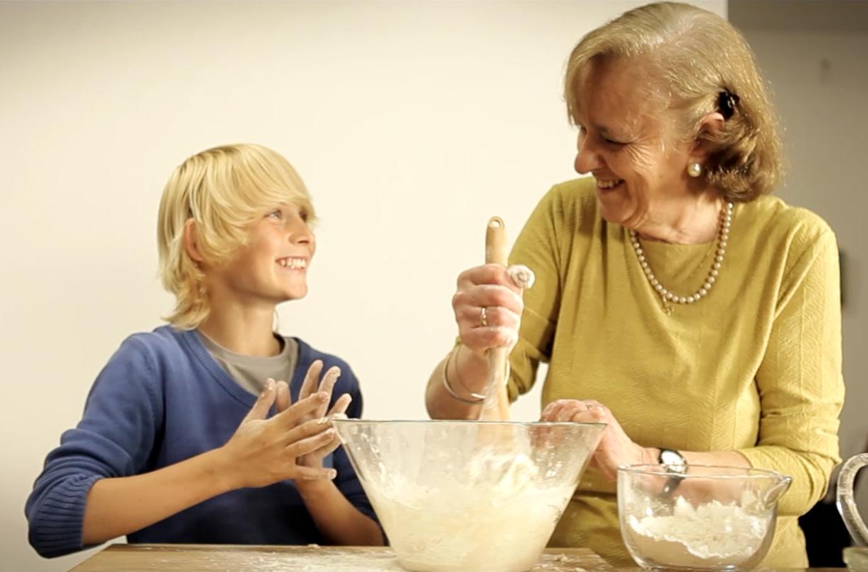 Abuela-y-nieto-amasando-pan