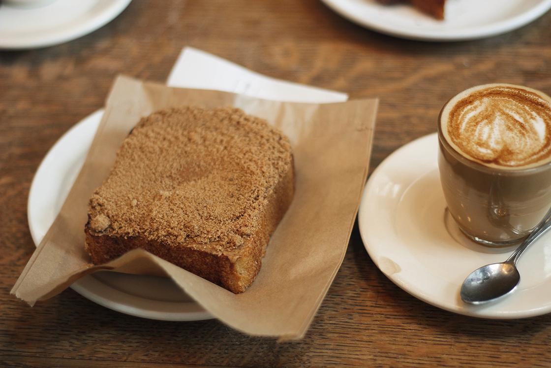 Café y tostadas con canela