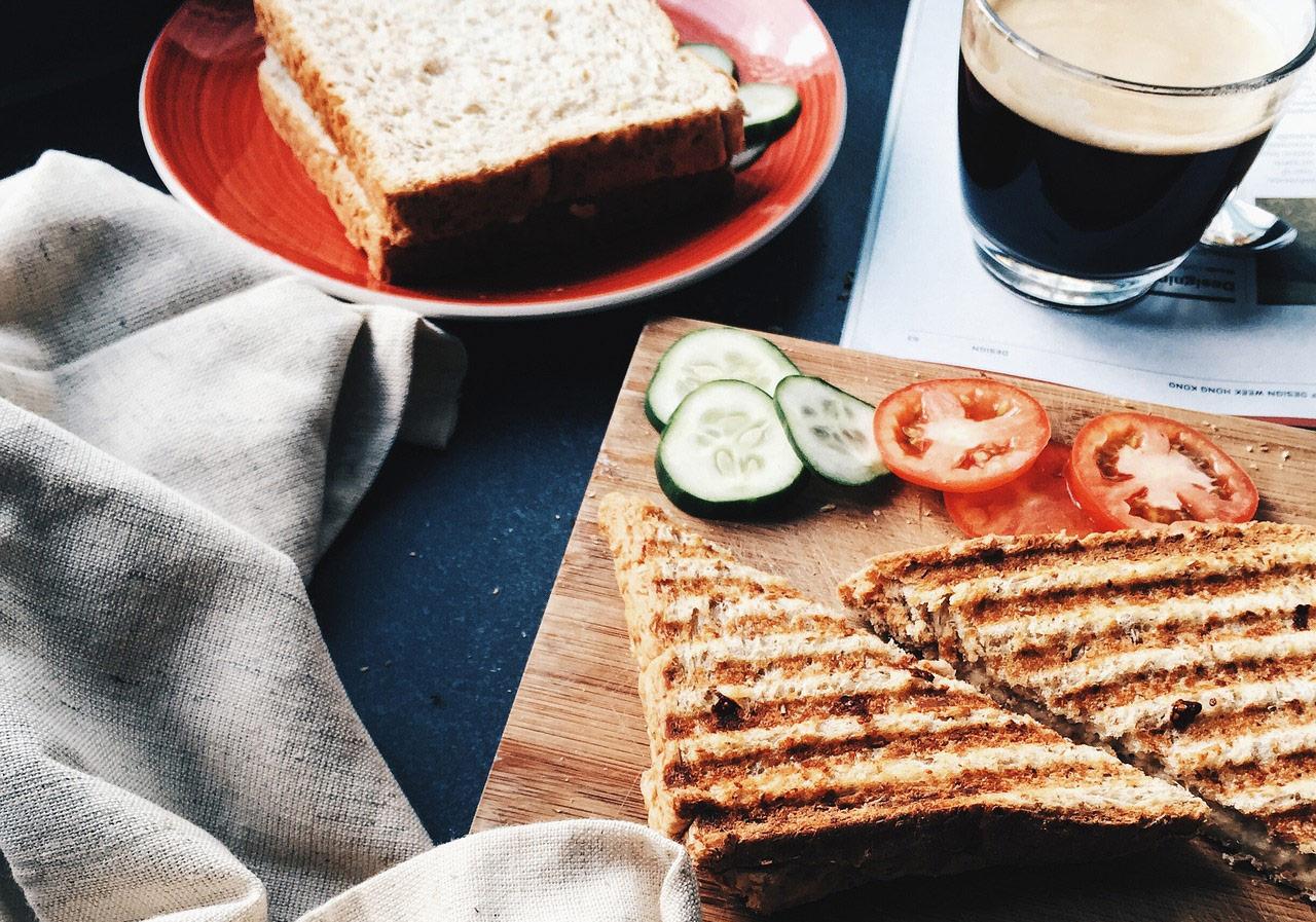desayuno-con-cafe-y-tostadas